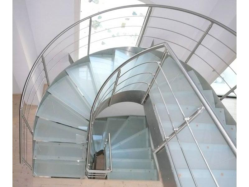 Scale in vetro con ringhiera in acciaio