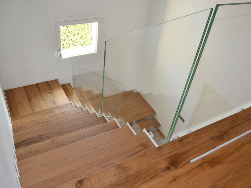 Scale in legno con ringhiera in vetro