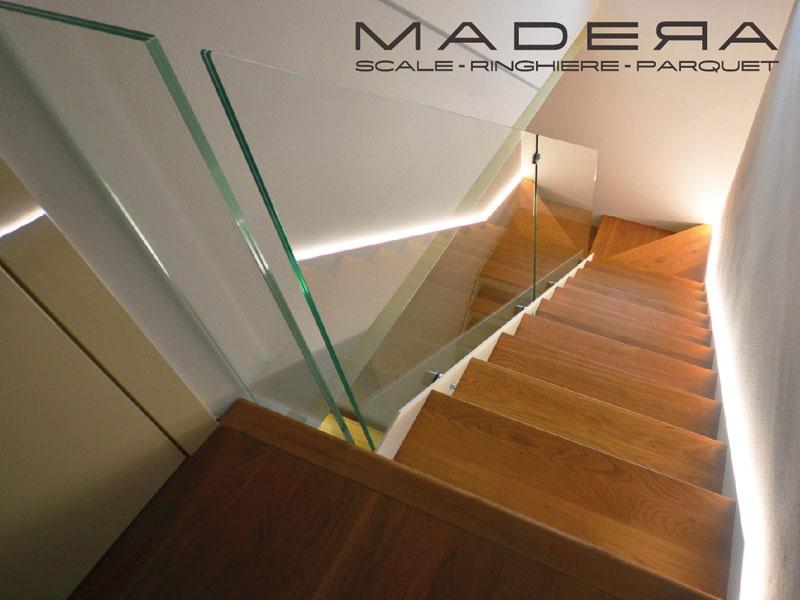 Scale in legno con parapetto in vetro