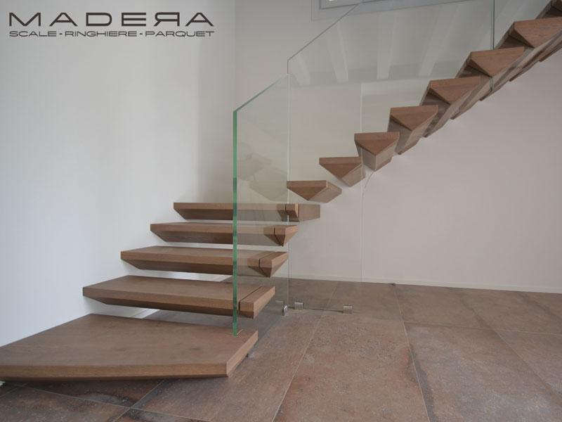 Scale a sbalzo in legno con parapetto in vetro
