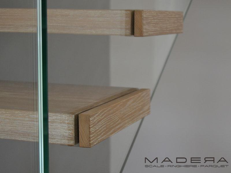 Particolare scale a sbalzo in legno
