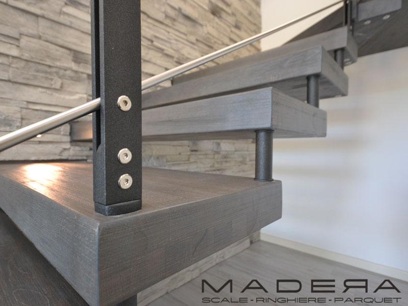 Particolare scala a sbalzo in legno con ringhiera